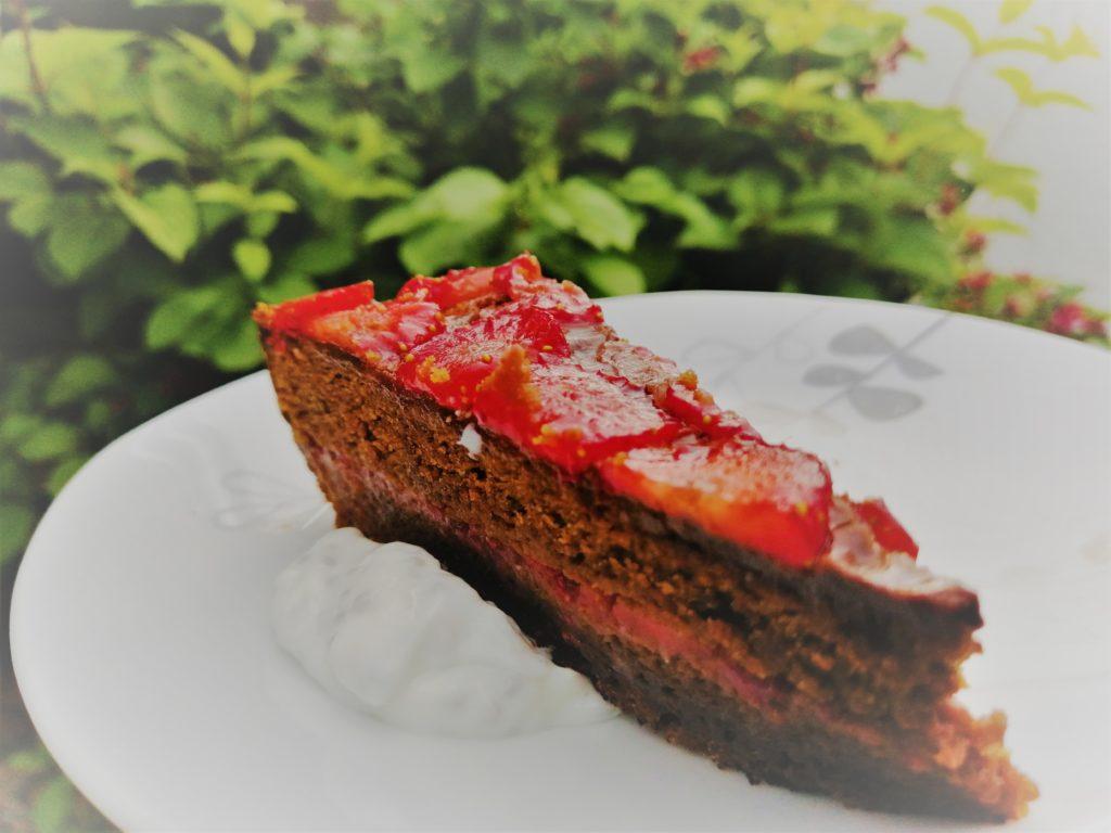 Torta od uskrsnih čokoladica i jagoda sa preljevom od grčkog jogurta