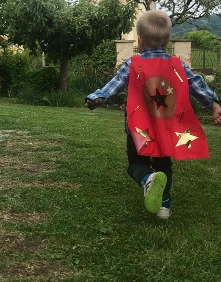 Jednostavan diy plašt za male superjunake