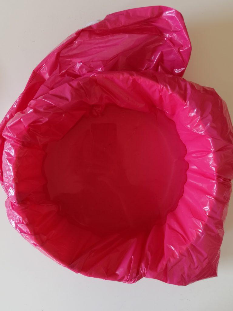 Zdjela obložena sa vrećom za smeće i napunjena vodom