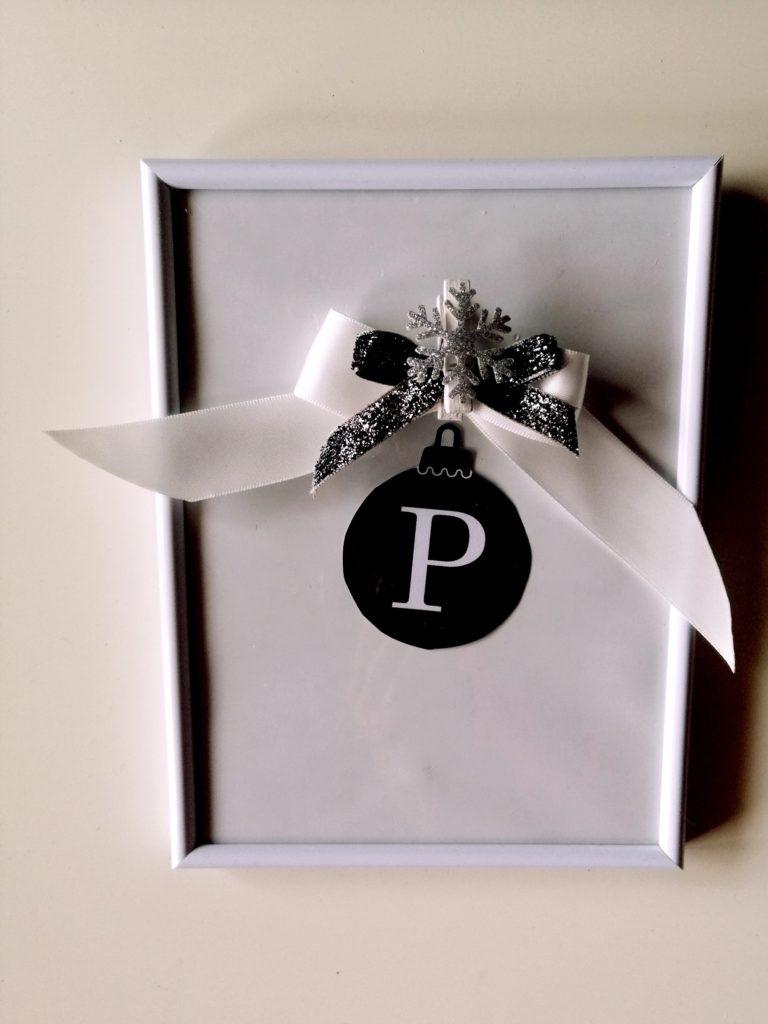 Slovo P kao božićna kuglica  sa trakama iz prethodnog primjera