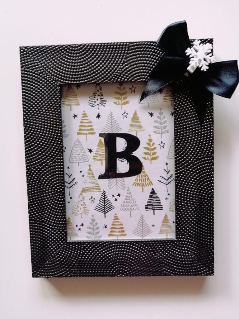 Podloga od ukrasnog papira, slovo izrezano iz kolaža, satenska mašna i kvačica iz Kika