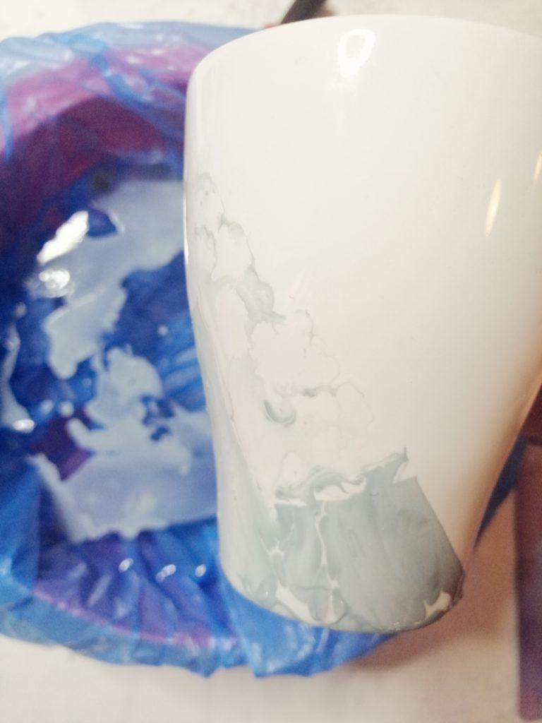 Šalica nakon vađenja iz vode sa lakom