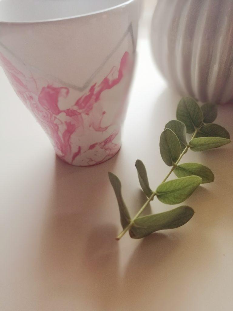 Šalica sa rozim lakom i srebrnim markerom