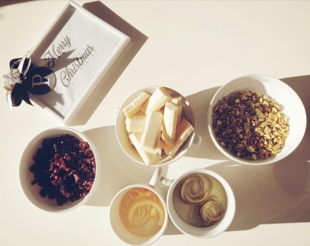 Brusnice, pistacije, bijela čokolada, limetacini namočeni u gin i arancini namočeni u martini
