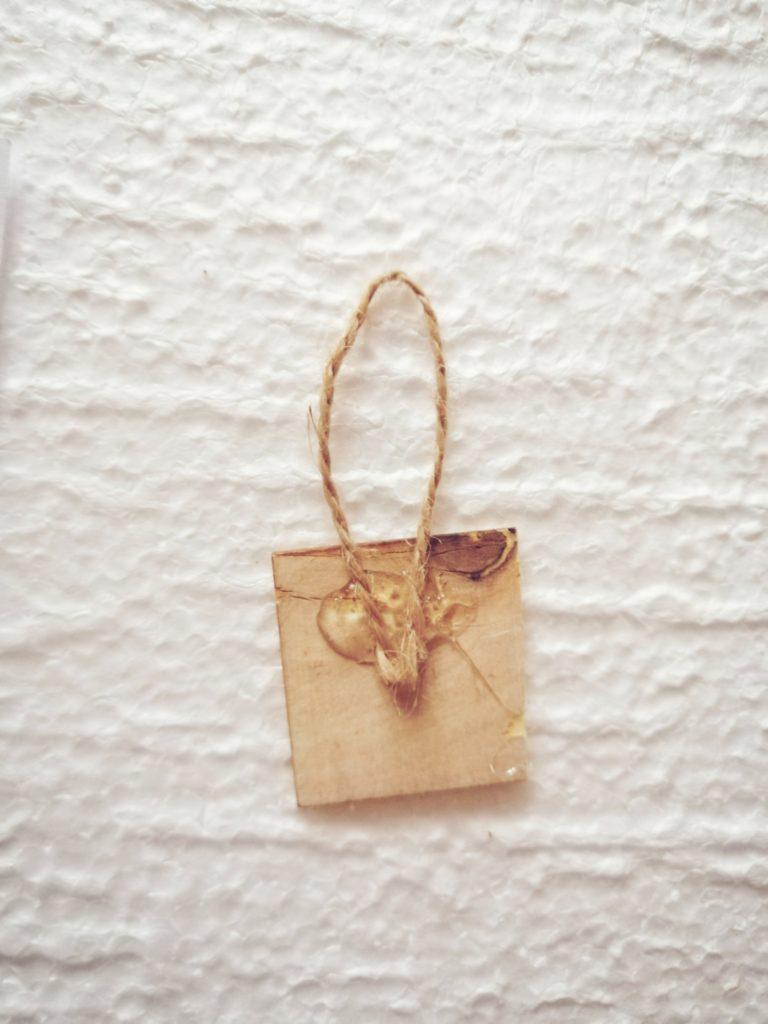 Drvena pločica sa špagom koja će služiti da se slika moći okačiti