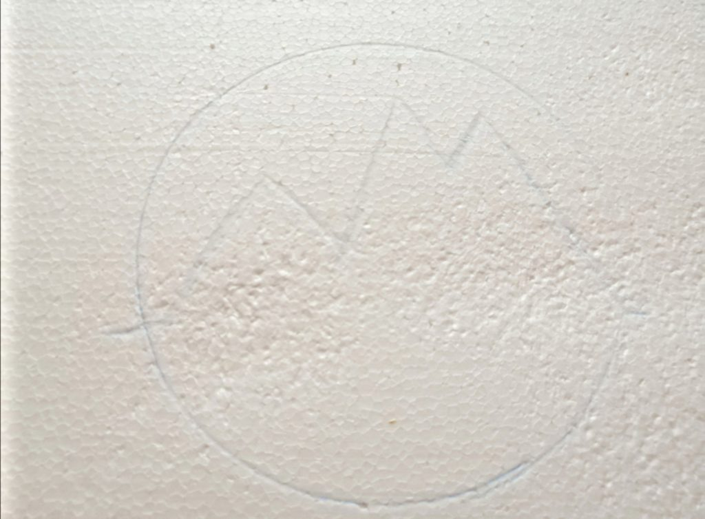 Nacrtani oblik na stiroporu koji će krasiti podmetač