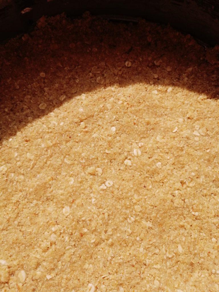 Podloga od zobenih pahuljica, šećera,  maslaca i badema