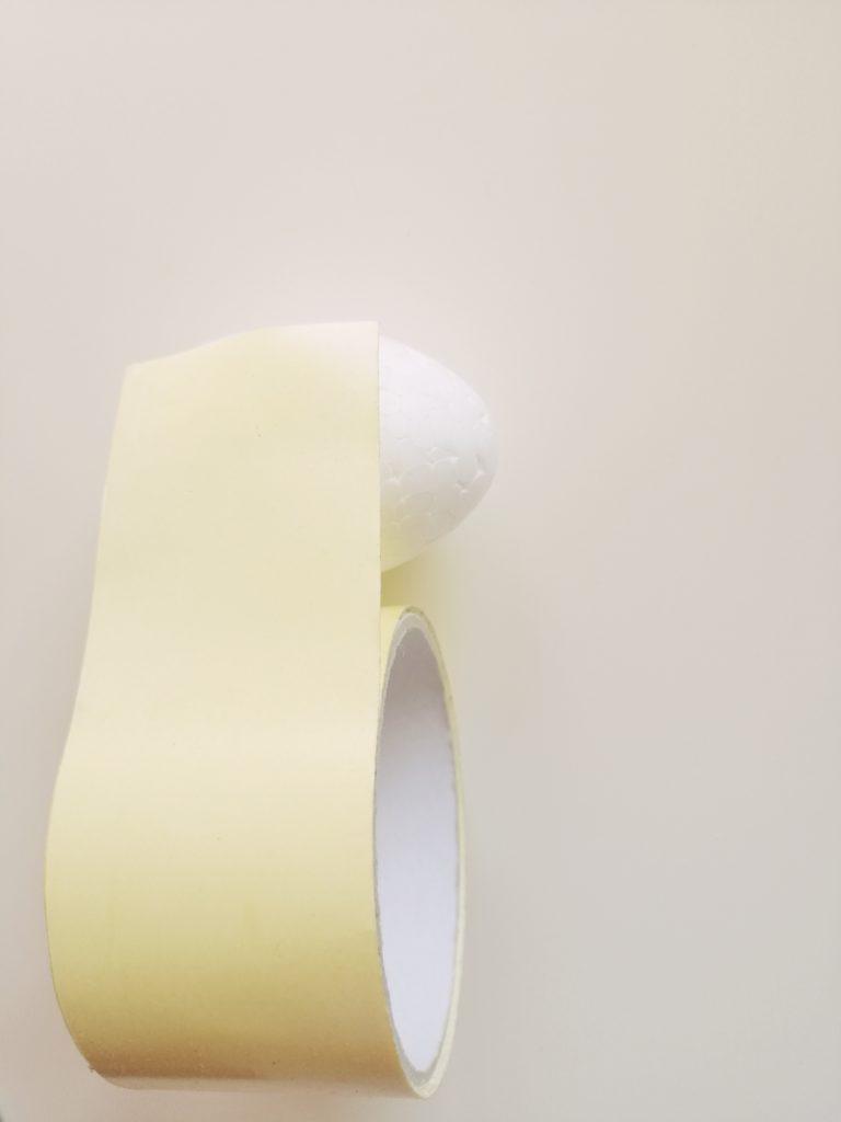 Početak lijepljenja trake na jaja od stiropora