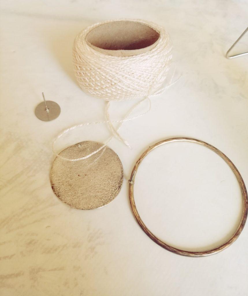 Za okrugle bež naušnice sam koristila konac, zlatne okrugle naušnice, srebrni disk i naušnicu s pločicom (odlijepila sam od starih)