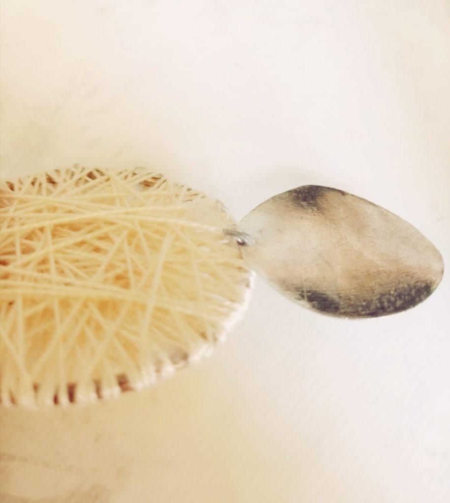 Srebrni disk stavite na kukicu na okruglim naušnicama, odrežite višak i zavinite kukicu čvrsto prema dolje