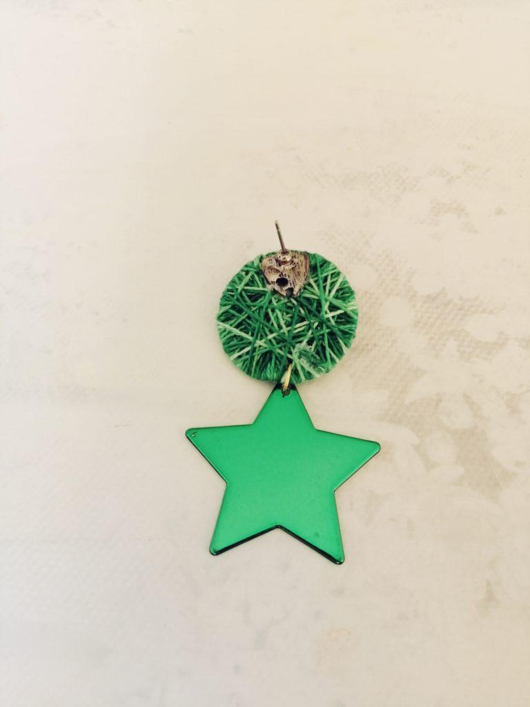 Omotala papirnati krug prošaranim zelenim koncem te na njega zalijepila stare naušnice
