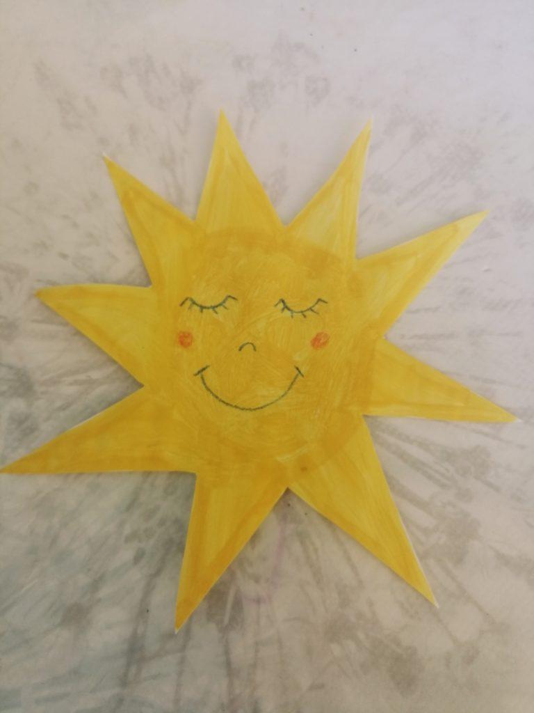Olovkom i/ili bojicom nacrtajte oči, usta nos i obraze na suncu