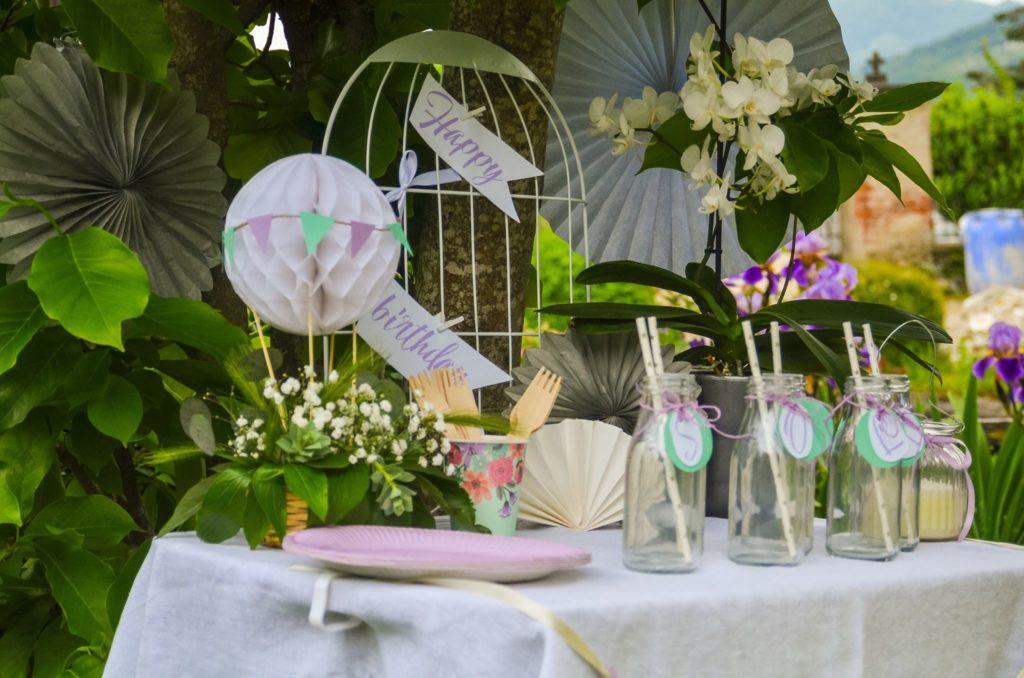 Rođendanski detalji na stolu