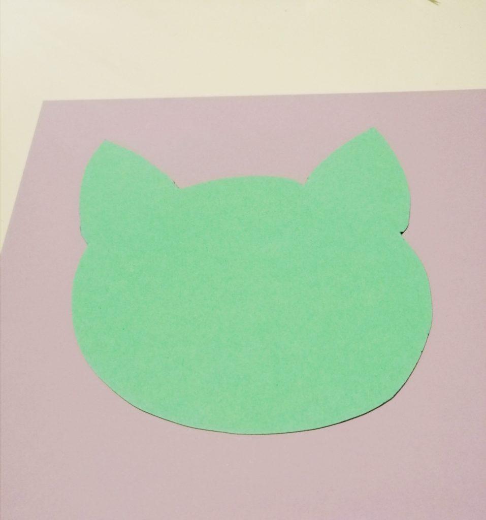 Izrezana glava mačke od kartona